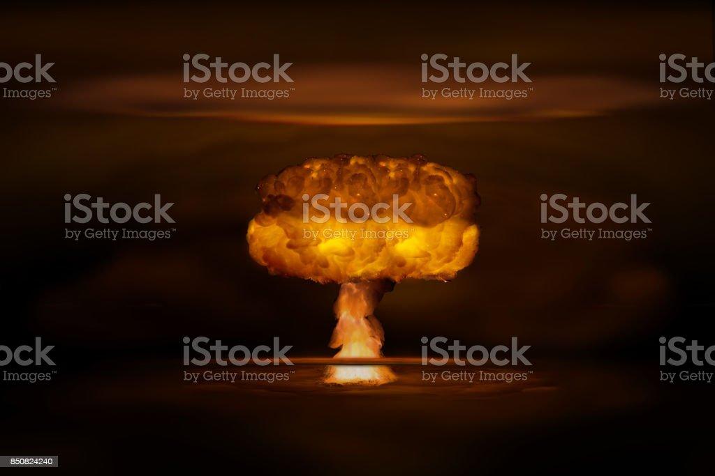 Atombombe realistische Explosion, orange Farbe mit Rauch auf schwarzem Hintergrund – Foto