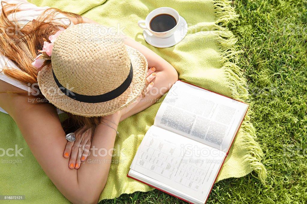 Atractive jeune femme lisant un livre dans le parc - Photo