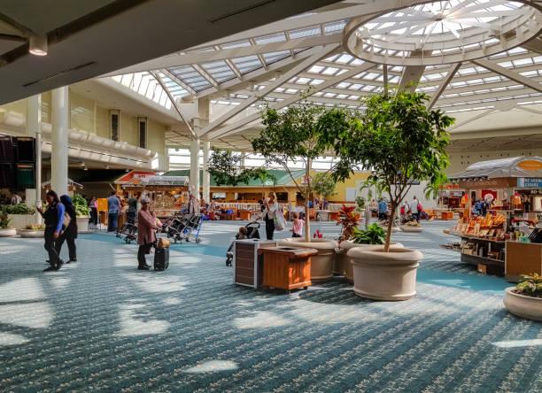 Atrium am Orlando International Airport; Einzigartige Glasdach Panel ermöglicht natürliches Sonnenlicht zu erleuchten den Transitbereich. Schüsse aufs Mobilgerät. – Foto