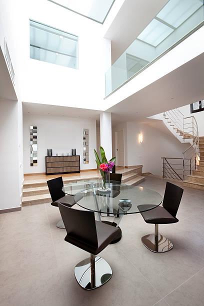 atrium wohnbereich (xxxl - vitrinenschrank stock-fotos und bilder