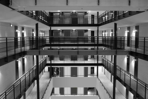 Atrium mit Aufzügen/Aufzügen im Hotel oder Bürogebäude – Foto