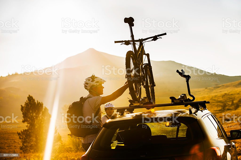 Befestigung Fahrrad zu einem Dach Carrier auf ein Auto – Foto