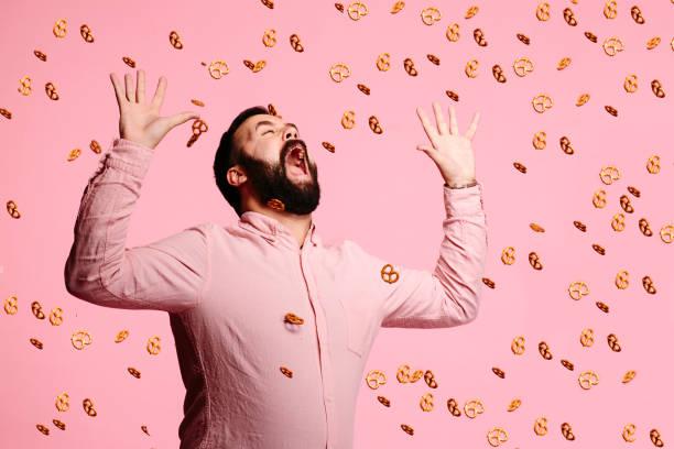 ataque de los pretzels - carbohidrato fotografías e imágenes de stock