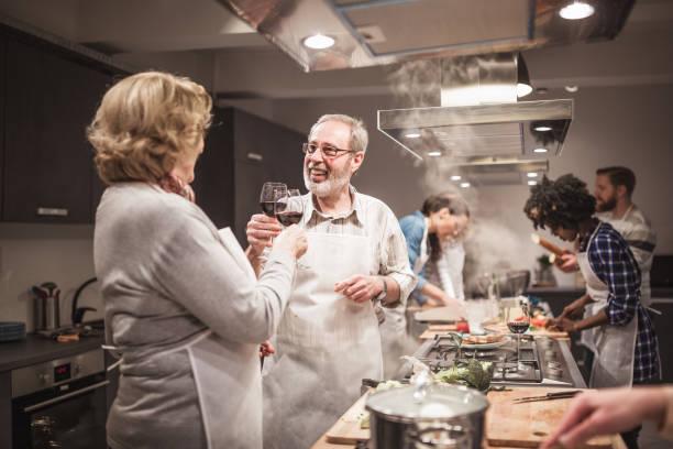 Teilnehmer des Kochkurses Toasten Rotwein mit einem Koch, erfolgreiches Ende des Kurses – Foto