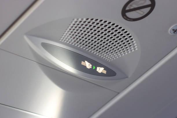 乘客請注意通知, 請在機艙內的資訊板上系好安全帶標誌。飛機起飛、湍流預警和降落的概念 - 亂流 個照片及圖片檔
