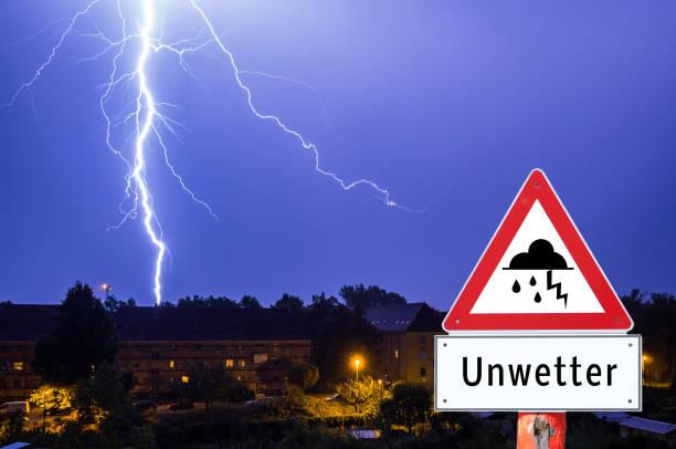 achtung sturm wetter gewitter blitz - thunder stock-fotos und bilder