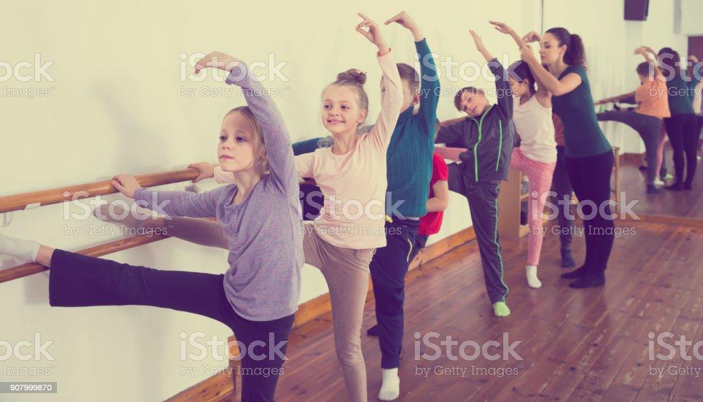 atentas crianças ensaiando balé dança no studio - foto de acervo