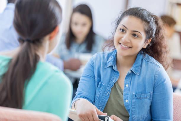 学生と丁寧なカウンセラー協議 - 学校カウンセラー ストックフォトと画像