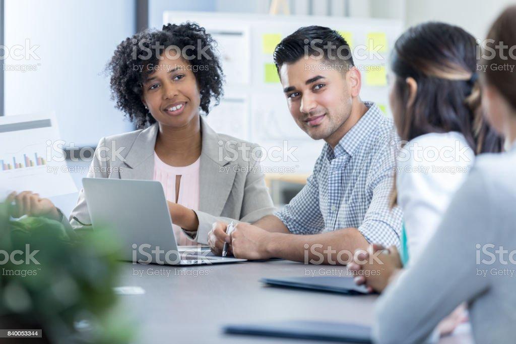Aufmerksame vielfältige Geschäftsleute teilnehmen an Sitzung – Foto