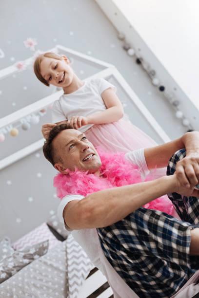 aufmerksame spaß kind fixierung väter krone - hochzeitsspiele eltern stock-fotos und bilder