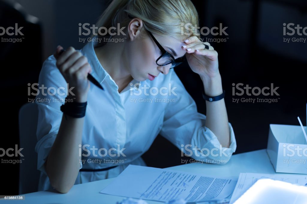 Attentive young woman working in the office foto de stock royalty-free