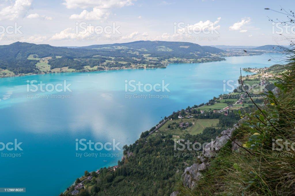 Attersee-See in Österreich, mit Wolken reflektiert darüber, wie von oben auf eine klare, Sommer Tag gesehen. Europäischen Urlaubsziel in der Nähe von Salzburg. – Foto