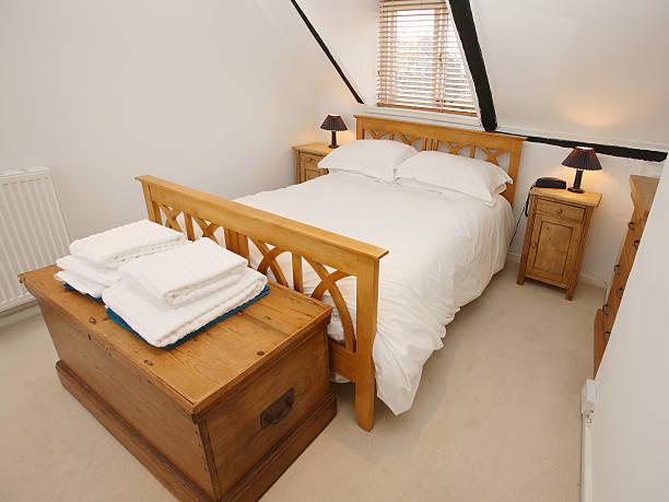 dachgeschoß schlafzimmer - cottage schlafzimmer stock-fotos und bilder