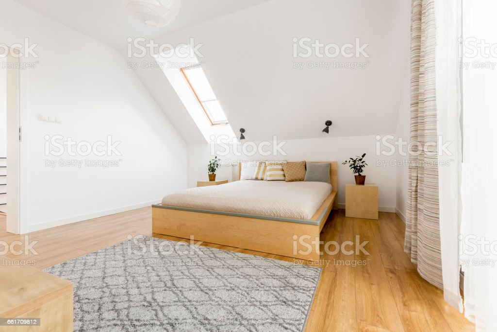 Dachgeschoss Schlafzimmer Mit Fenster Stockfoto und mehr ...