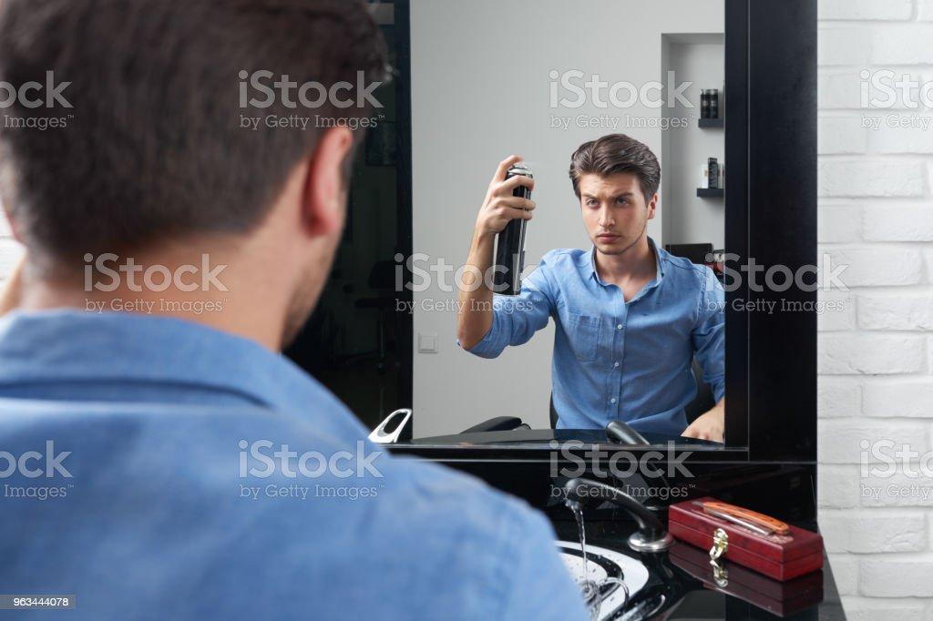 attntive homme fait des coiffure et pulvériser le spray - Photo de Barbier - Coiffeur libre de droits