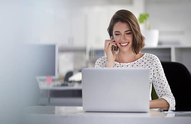 i attract my ideal clients - business woman phone stockfoto's en -beelden
