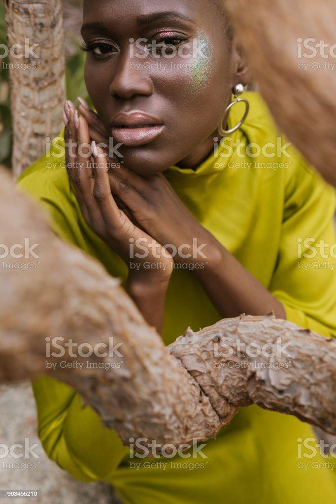 sarı elbiseli poz glitter makyaj çekici Afrikalı-Amerikalı kadın - Royalty-free Afrika Kökenli Amerikalılar Stok görsel
