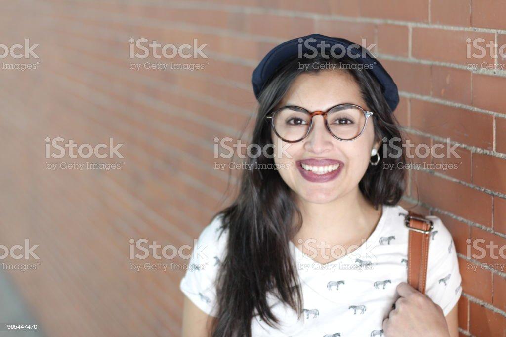 Attraktive und hippe ethnische Frau lächelnd - Lizenzfrei Asiatischer und Indischer Abstammung Stock-Foto