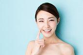 青の背景に分離された魅力的なアジア女性美画像