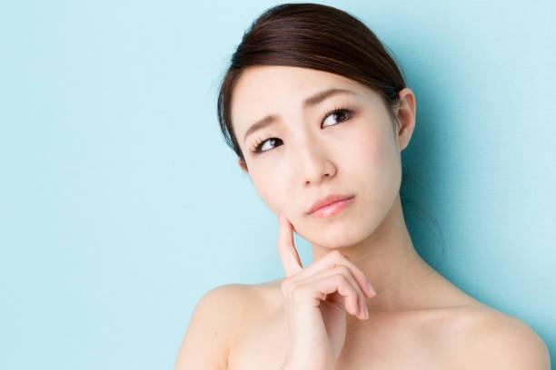 image de beauté de jolie femme asiatique isolé sur fond bleu - Photo