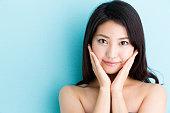 青の背景に魅力的なアジア女性美画像