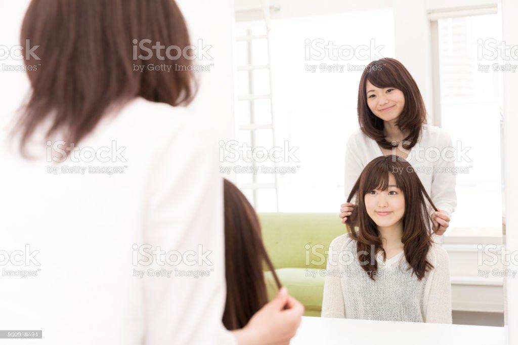 鏡の前で魅力的なアジア女性 ストックフォト