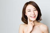 白い背景に分離された魅力的なアジア女性スキンケア画像