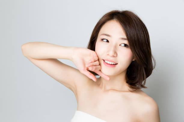 白い背景に分離された魅力的なアジア女性スキンケア画像 ストックフォト
