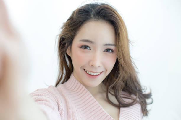 Attraktive Asiatin mit Smartphone für Selfie mit glücklich Emotion, Menschen-Lifestyle-Konzept. – Foto