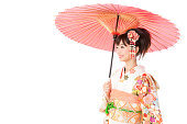 魅力的なアジアの女性の白い背景に分離された振袖を着て