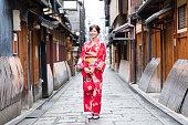 魅力的なアジアの女性の秋の着物を着て