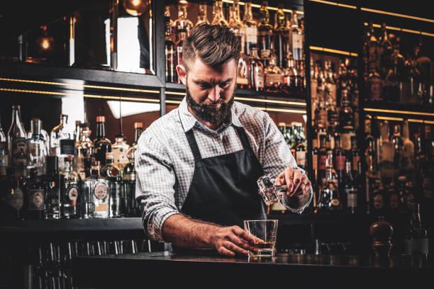 매력적인 바텐더는 음료를 수리 - bartender 뉴스 사진 이미지