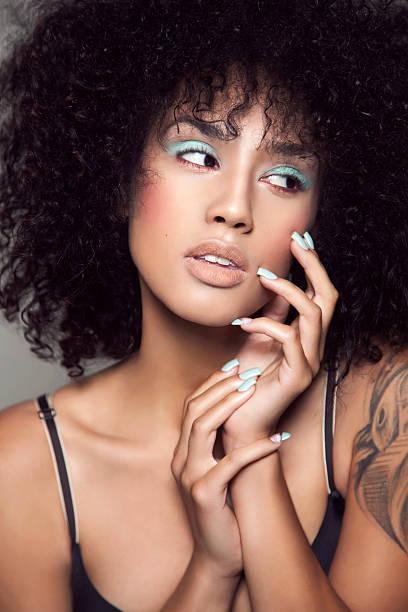 attraktive schönheit - blaues augen make up stock-fotos und bilder