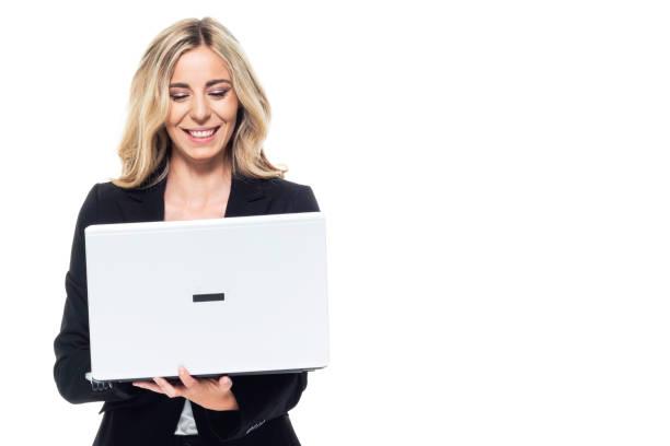 Attraktive blonde Geschäftsfrau-mit einem Laptop – Foto