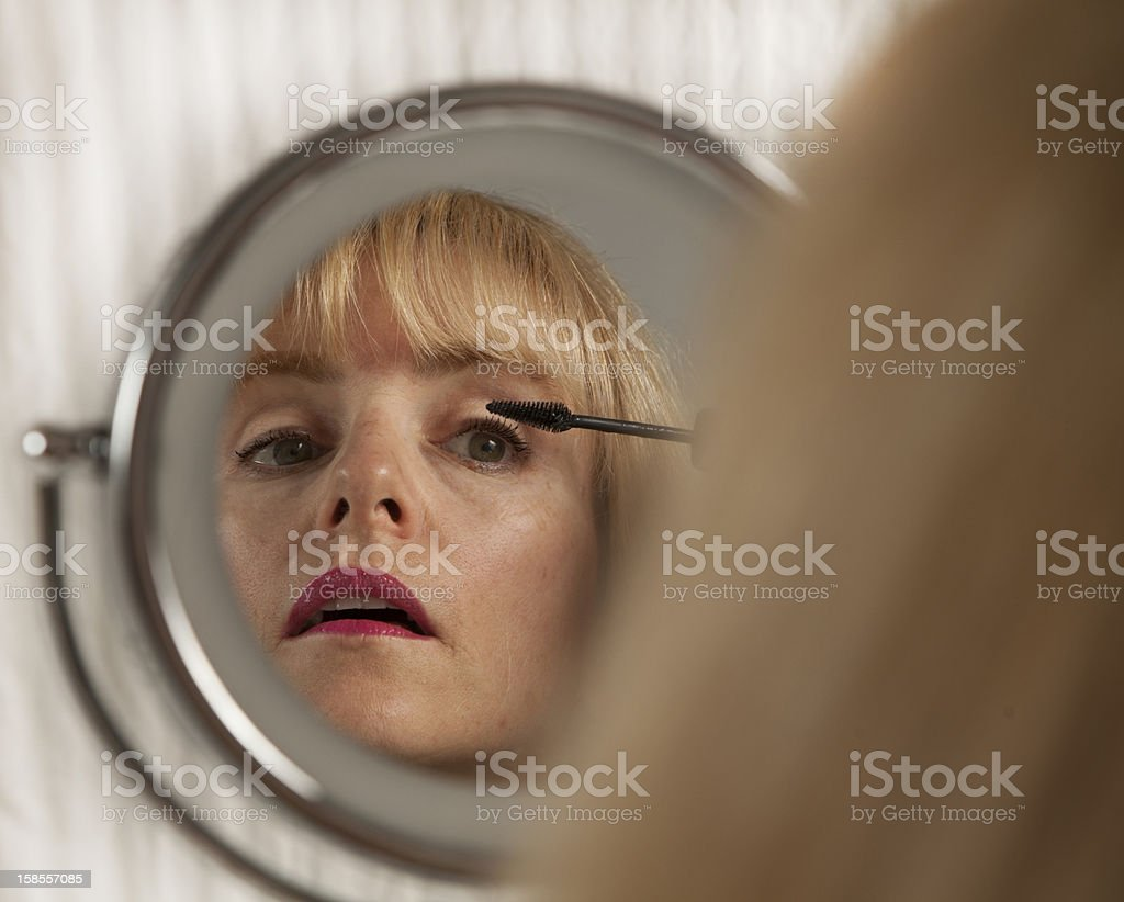 매력적인 금발 여자 아이 라이너 화장 거울을 노스캐롤라이나에 royalty-free 스톡 사진