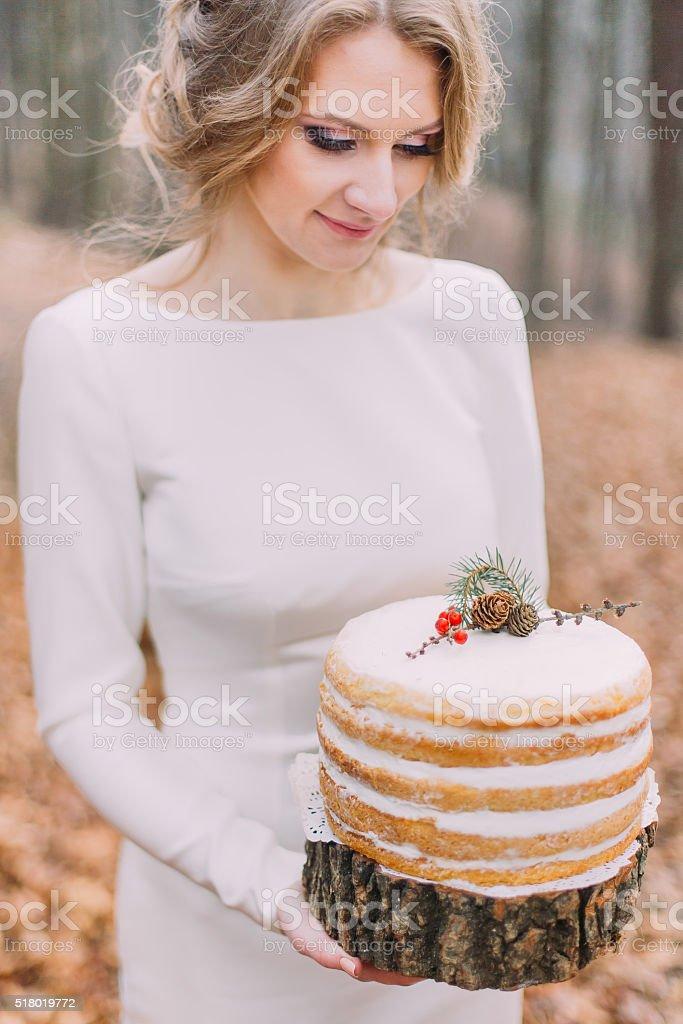 Attraktive Blondine Braut Mit Hochzeitstorte Im Herbst Wald Stock