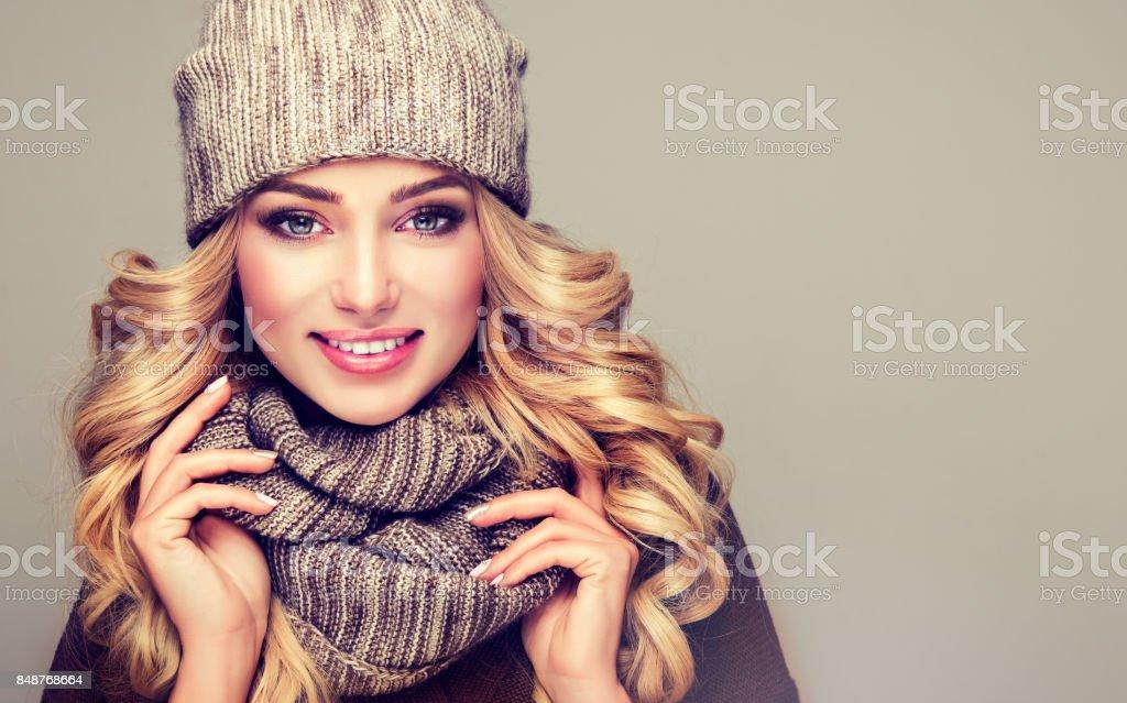 Attraktive blondes behaartes Modell in stilvollen gestrickte Winterkleidung gekleidet. – Foto
