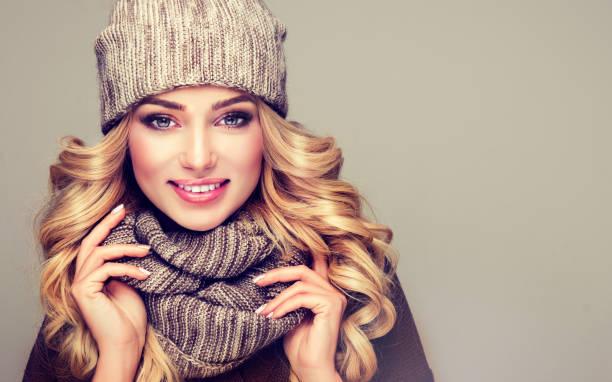 atractivo modelo de pelo rubio vestido con ropa de invierno tejida con estilo. - moda de invierno fotografías e imágenes de stock