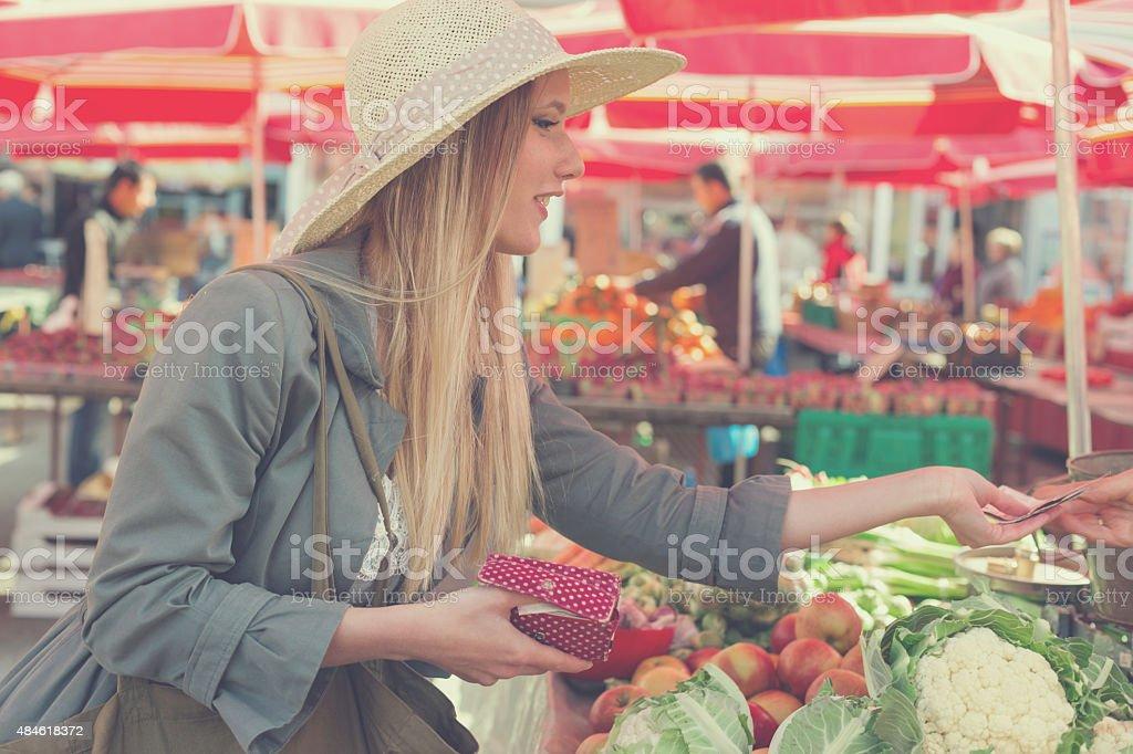 108045f7688a5 Mulher loira atraente com chapéu de palha comprar vegetais no mercado. foto  royalty-free