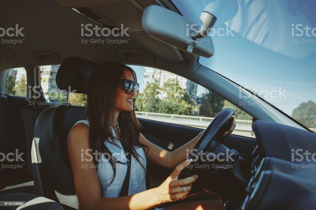 Attraktive Brünette fährt ein Auto – Foto