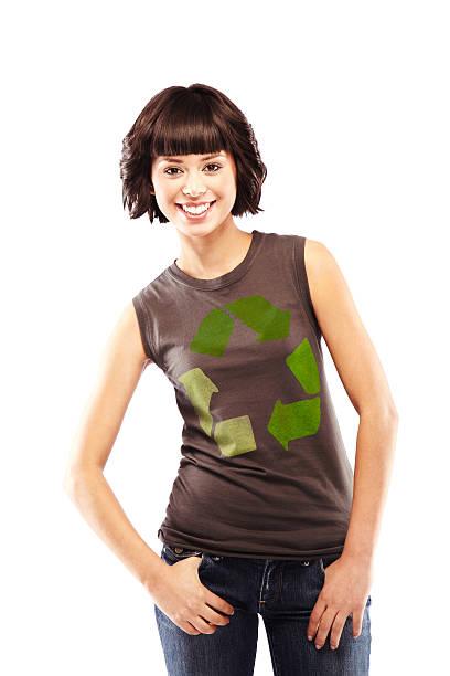 schöne brunette mit recycling logo auf ihrem t-shirt - kurzhaarfrisuren mit pony stock-fotos und bilder