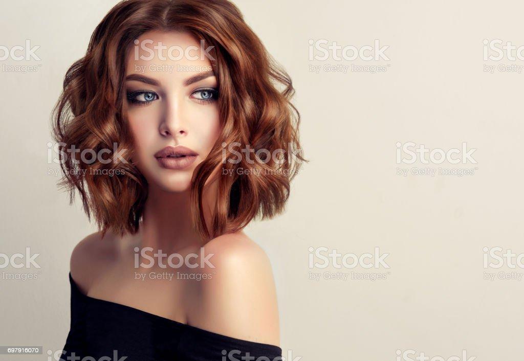 Attraktive Brunette Frau Mit Moderne Trendige Und Elegante Frisur