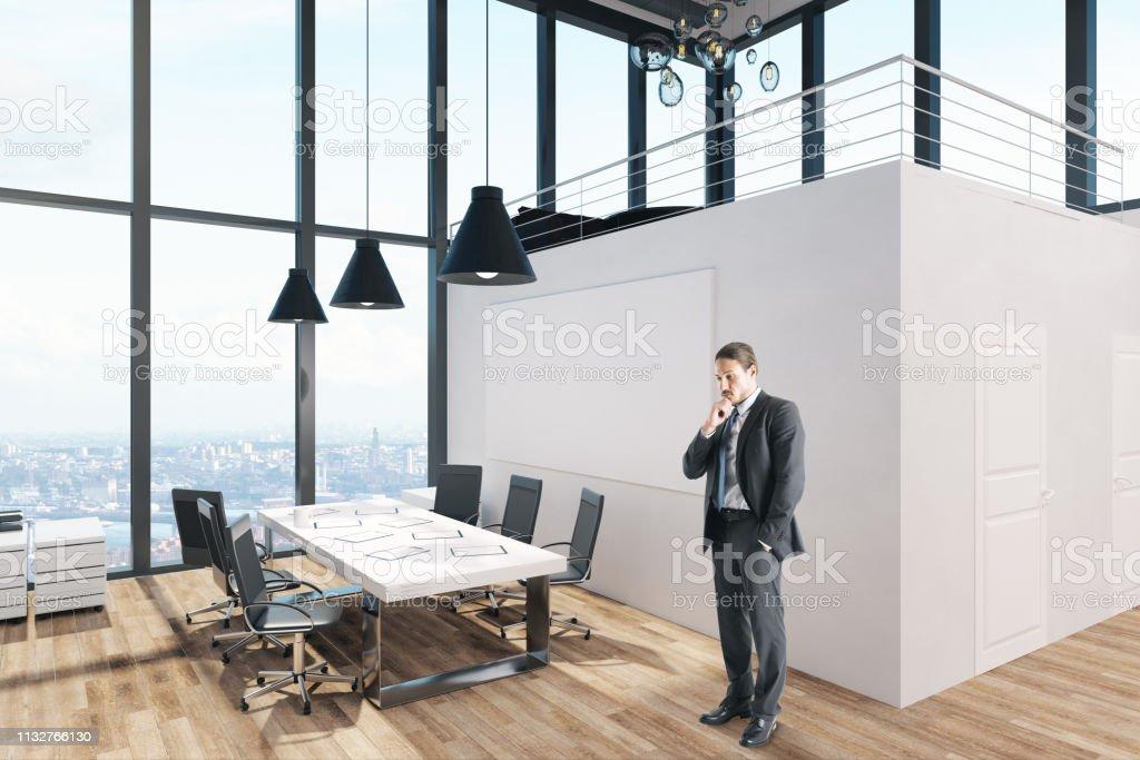 Attraktiver Geschäftsmann im modernen Büro – Foto