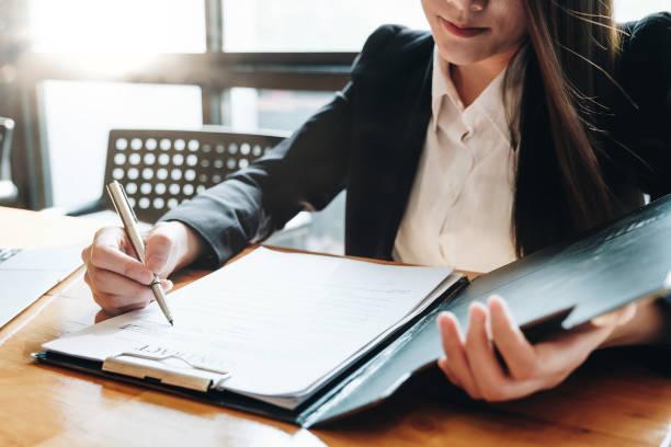 Attraktive Geschäftsfrau unterschreibt mit dem Kunden einen Vertrag über die Vertragsunterzeichnung. – Foto