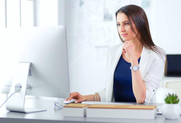 Attraktive Geschäftsfrau arbeitet auf dem Laptop im Büro. Geschäftsleute – Foto