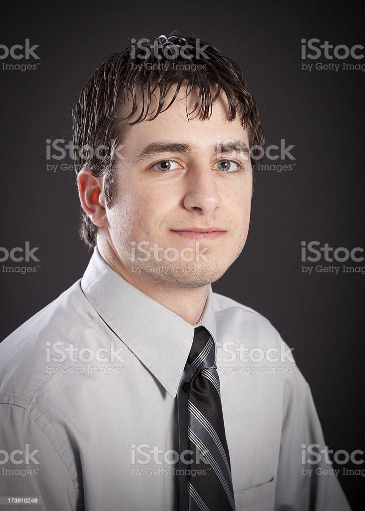 Attraktive Geschäftsmann mit Krawatte Portrait isoliert auf schwarzem Hintergrund – Foto