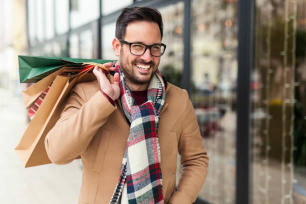 hombres de negocios atractivo en la calle - moda de invierno fotografías e imágenes de stock