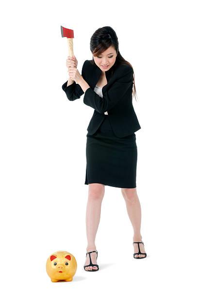Attraktive Geschäftsfrau über um das Sparschwein – Foto