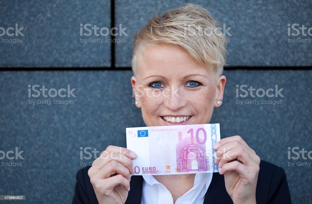 Attraktive Geschäftsfrau holding 10,-EUR – Foto