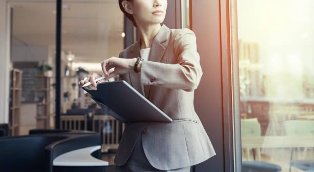 魅力的な実業家は、タブレット pc を使います。 - ビジネスマン 日本人 ストックフォトと画像